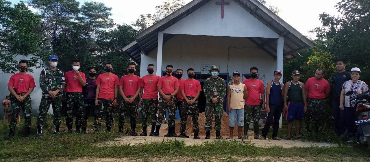 Kompi C 645/GTY Bengkayang Melaksanakan Kerja Bakti Pembuatan WC Umum Di Gereja GKPKB Dusun Riam Palayo Desa Cipta Karya
