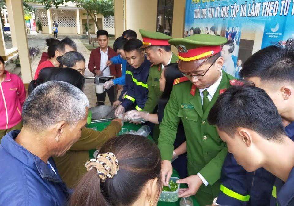 Phát cháo miễn phí cho bệnh nhân tại Trung tâm Y tế huyện Tân Kỳ