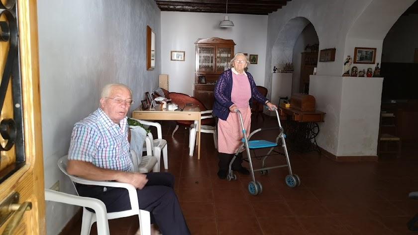 Paca Romero -junto a Antonio Velasco- ha abierto este sábado por primera vez  en mucho tiempo la puerta de su casa en Terque a la calle