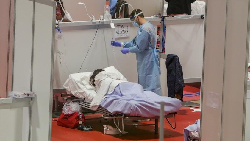 Un sanitario realizando sus labores en el hospital de campaña de Ifema en Madrid.