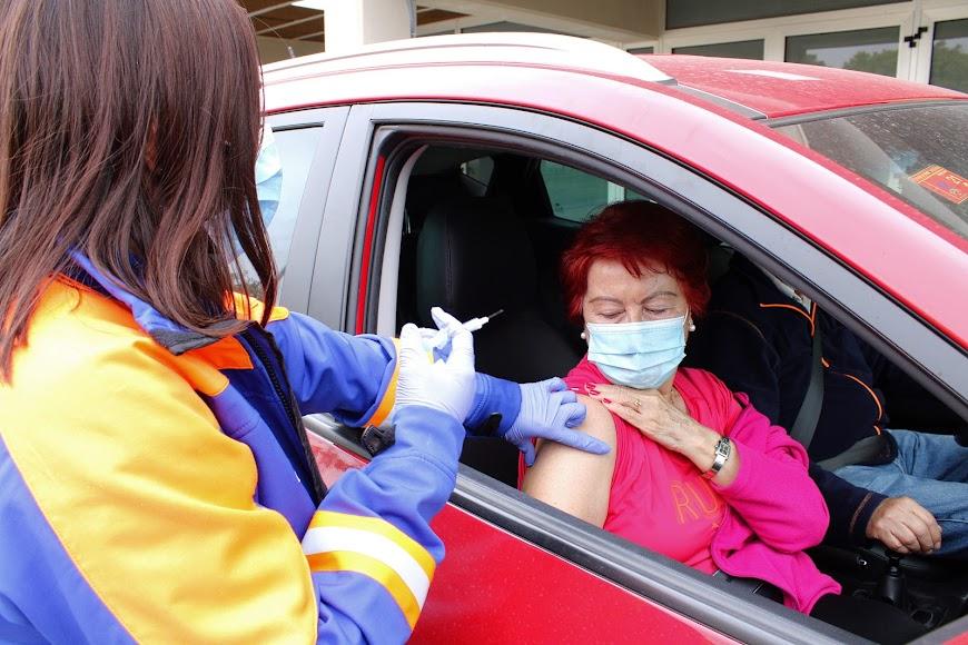 Observando como la enfermera le inocula la vacuna.