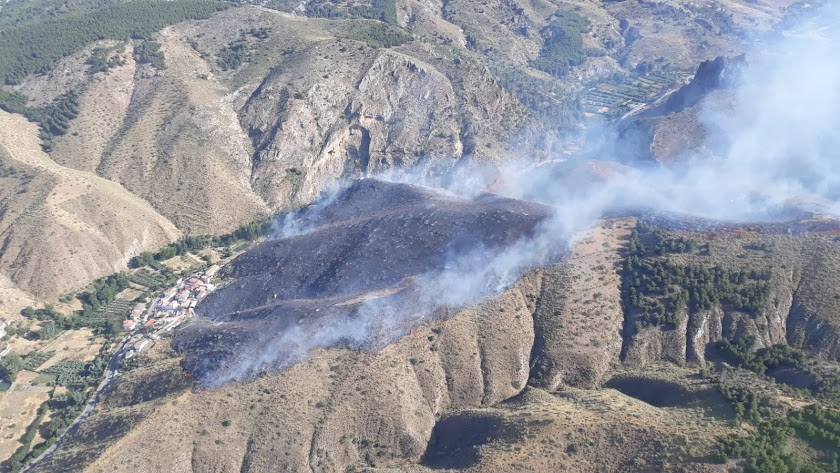 Imagen publicada en Twitter por @Plan_INFOCA que muestra las llamas en el paraje llamado El Angosto de Serón.