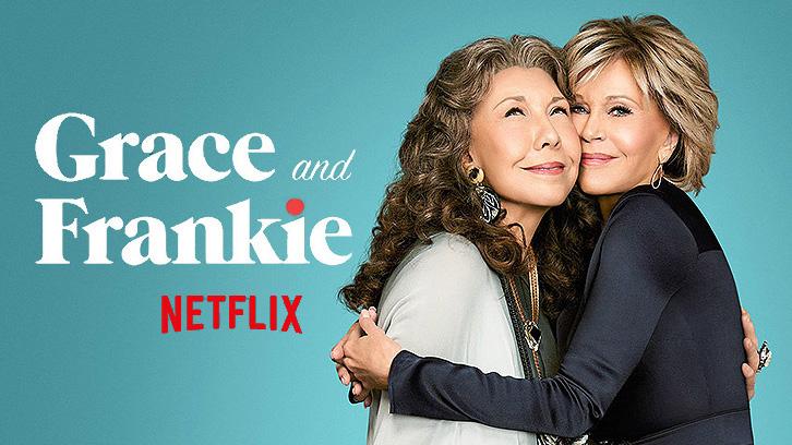 """fundo azul com duas mulheres abraçadas do lado direito e os escritos do lado esquerdo """"Grace and Frankie"""" em branco e """"Netflix"""" em vermelho. Foto: Reprodução Netflix."""