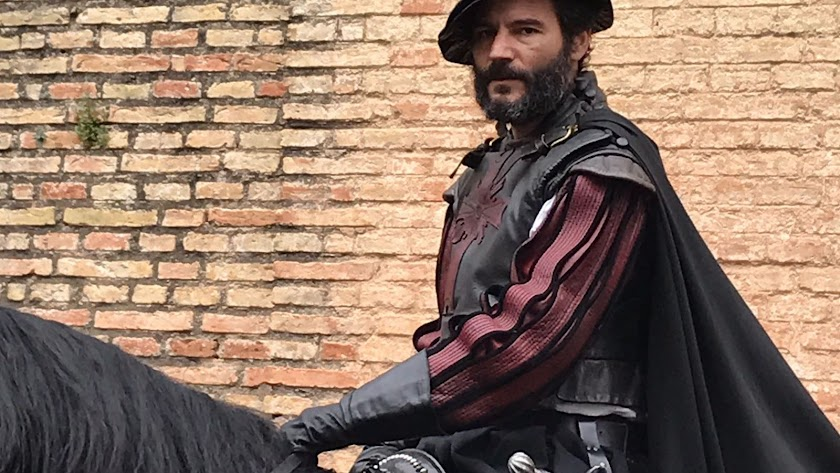 Antonio Gómiz, caracterizado como su personaje en la serie de Alberto Rodríguez.