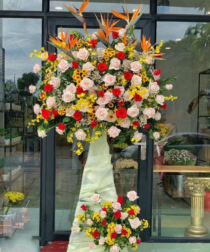 Ảnh có chứa hoa, bàn, tòa nhà, trong nhà  Mô tả được tạo tự động