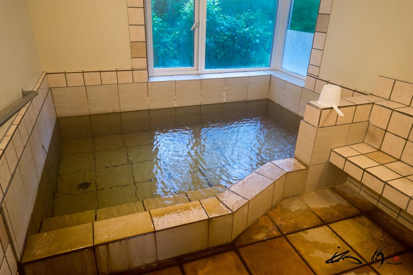 天然温泉100%かけ流しの内風呂