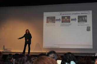 Photo: Carmen Garrido hablando del proceso creativo