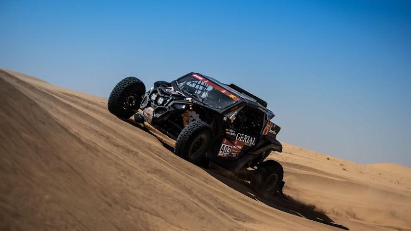 Hinojo y Ortega sorteando una duna en la cuarta etapa