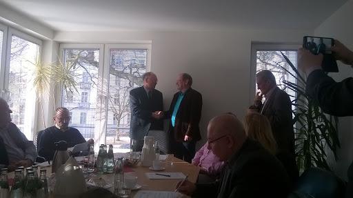 Jürgen Bartlog (links) gratuliert seinem Nachfolger Roland Gefreiter (rechts) zu Wahl (Bild A.M.)