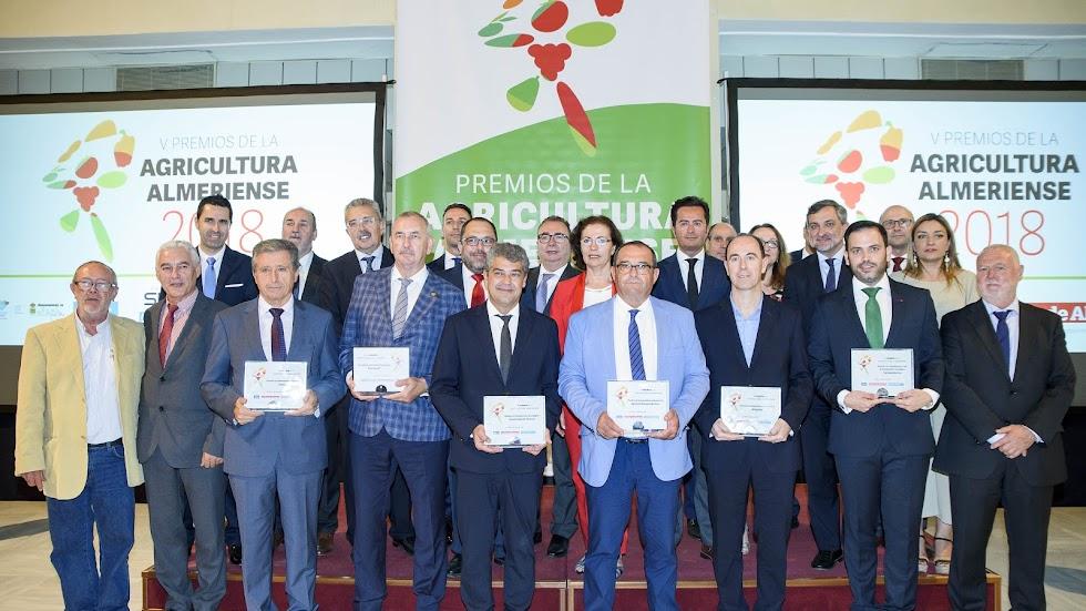 Foto de familia de los premiados y autoridades en la V Gala de los Premios de la Agricultura Almeriense