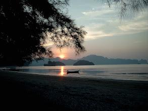 Photo: Sonnenaufgang am Modellierplatz an der andamanischen Küste in Thailand