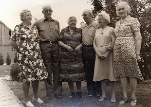 Photo: v.l.n.r. Lena Kamping-Rozenveld, Jan Stel, Gezien Warring-Rozenveld, Jan Rozenveld (Canada), Jantje en Minie van bakker Rozenveld