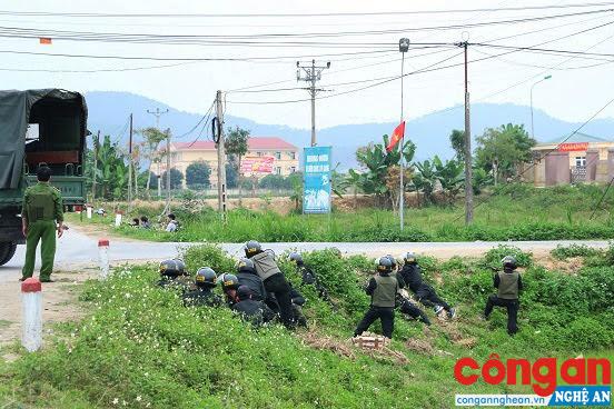 Các chiến sĩ Cảnh sát cơ động vào vị trí sẵn sàng chờ lệnh trong cuộc vây bắt đối tượng Nguyễn Thành Trung và đồng bọn