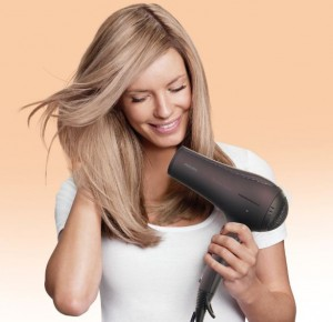 nainen hiustenkuivaus hiustenkuivaaja