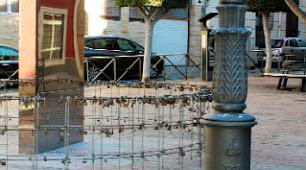 Farolas, fachadas y monumentos se han convertido en urinarios públicos.