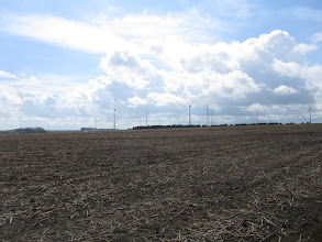 Photo: windmolenpark onder stapelwolken
