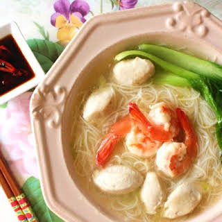 PRAWN AND FISHBALL RICE VERMICELLI SOUP.