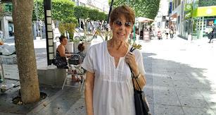 La pintora Carmen Pinteño, en el Paseo de Almería.