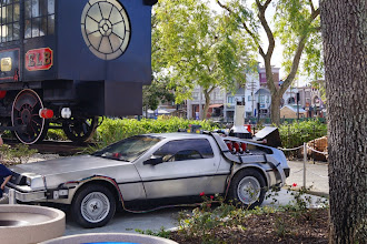 "Photo: Ainda no parque de Orlando está o DeLorean já modificado para 2015, inclusive com o ""Mr. Fusion"" na traseira do carro."