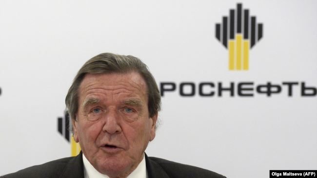 Герхард Шредер общается со СМИ после того, как он стал председателем совета директоров «Роснефти», Санкт-Петербург, Россия, 2017 год