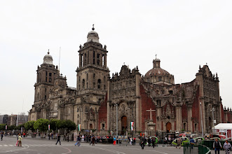"""Photo: Katedraali ja sen vieressä (oikealla) oleva """"kansankirkko"""", johon saa vihkimisajan ilman suhteitakin :-)"""