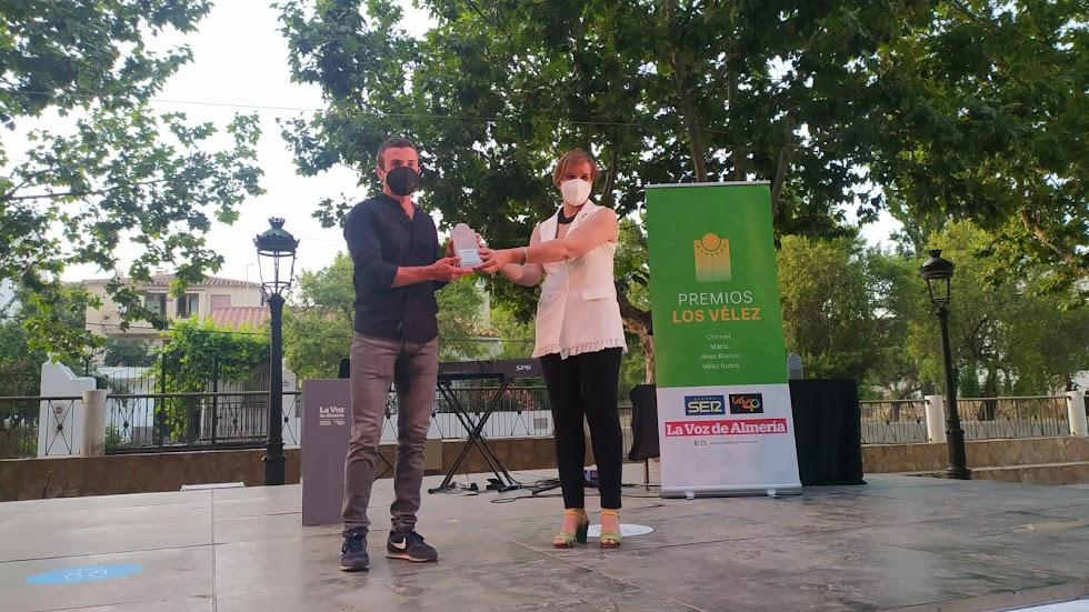 Serafín Gómez Mirón recibe de manos de Paqui Zamora, teniente alcalde de Chirivel, en el Premio Deporte.