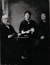 Photo: Een foto van betovergrootaartsvader Herman Gijsbert Keppel Hesselink (1811-1888), deze keer samen met zijn vrouw Egberdina Anna Viëtor (1819-1902) en dochter Hermanna Gijsberta(1845-1927). Ze leggen een kaartje, dochter deelt net. Was de vierde man de fotograaf? Of is het kaarten alleen maar decor, en is de foto in een studio opgenomen? Dat lijkt waarschijnlijker. Fotograferen was in de 19e eeuw een hele toestand, waarbij de geportretteerden lang stil moesten zitten om scherp op de foto te komen.