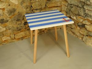 Table fait-main en béton au style scandinave avec pieds en bois et moifs marin et ancre