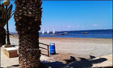 Photo: longue plage de sable gris, bains de boue fortifiant, belle  et longue ballade tout le long de la côte - la plage n'est pas surpeuplée, c'est tellement grand et pourtant beaucoup de monde l'été - un endroit super sympa pour les vacances en famille, club nautique, club enfants adolescents, bars restos animations - bains de boue .... sur la mar Ménor.