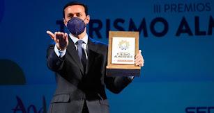 Javier Aureliano García, con el premio al atractivo turístico.