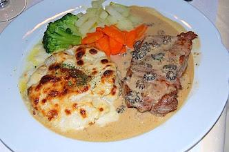 Photo: Kalbssteak Morchelsauce, Kartoffelgratin, Gemüsegarnitur