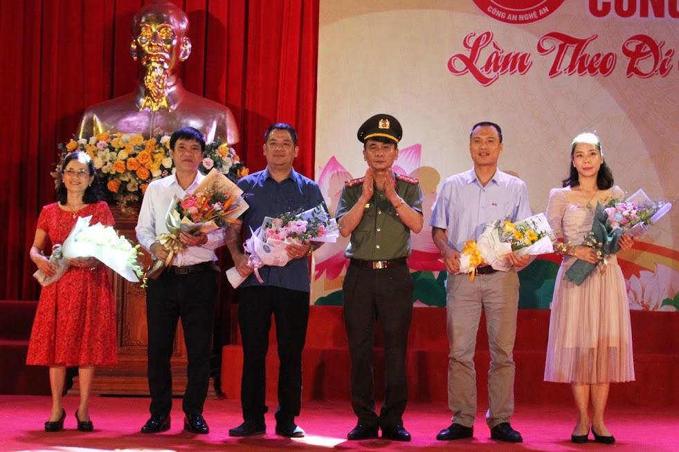 Đồng chí Đại tá Lê Xuân Hoài, Phó Giám đốc Công an tỉnh tặng hoa cho Ban giám khảo