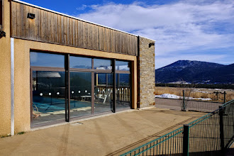 Photo: Vue sur l'espace piscine de l'extérieur de la résidence le Clos des Fontaneilles