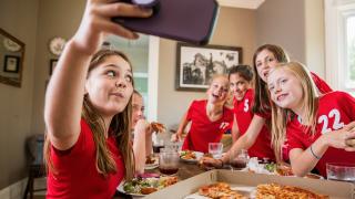 un grupo de niñas sonriendo a la cámara