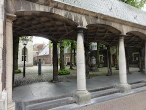 Photo: Aan het stadhuis van Middelburg