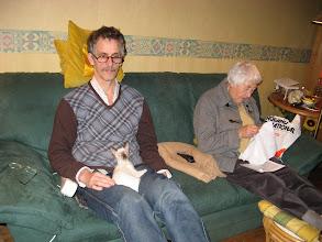 Photo: Ton met Makoto op schoot, Moedertje Mop aan het borduren