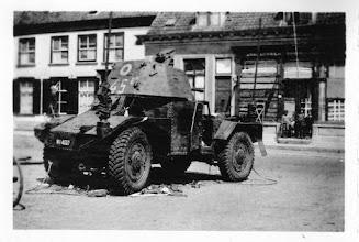Photo: 1940 Franse pantserwagen voor gehavend pand van Nooren aan de Dreef