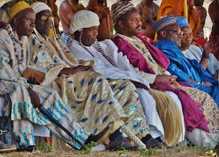 """Photo: Ihre königlichen Hohheiten 1 König neben König, anders ausgedrückt Fon neben Fon. Fon ist die meistbenutzte Bezeichnung der Könige im Kameruner Grasland, die über kleine Königreiche herrschen. Für die sind auch die Bezeichnungen """"Fondoms, Kingdoms, Royaumes, Chefferien"""" üblich."""