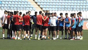 Esteban Navarro dando la charla a los futbolistas.