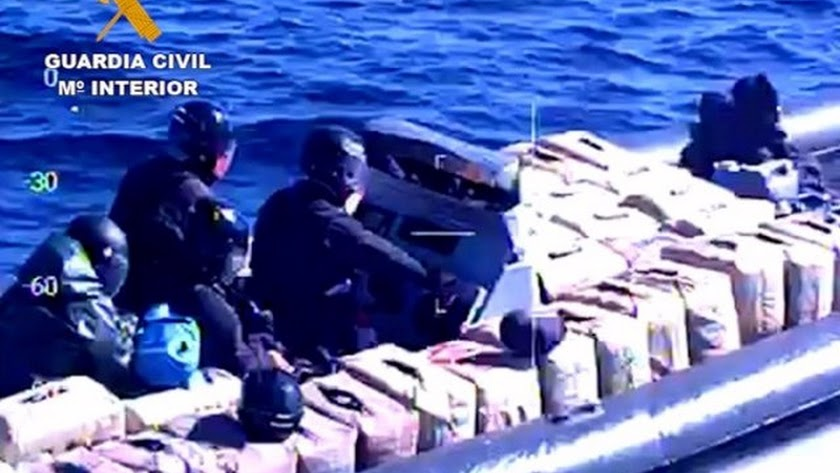 La Guardia Civil actúa en una embarcación cargada de hachís.
