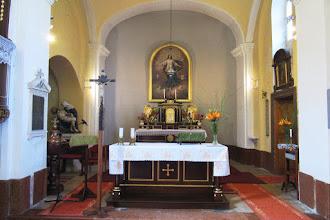 """Photo: Főoltár """"Szűz Mária mennybevétele"""" oltárképpel, két oldalán aranyozott kerubokkal.  A magyar """"búcsú"""" kifejezés arra utal, hogy az ember búcsút vesz a rá váró büntetéstől, Jézusnak az Egyház révén közvetített kegyelme által. A búcsú kapcsolódhat a templomok védőszentjének évente megtartott emlékünnepéhez is. Csicsón ez a nap augusztus 15, mivel a Szűz Mária Mennybevétele római katolikus templom Nagyboldogasszonynak van szentelve."""