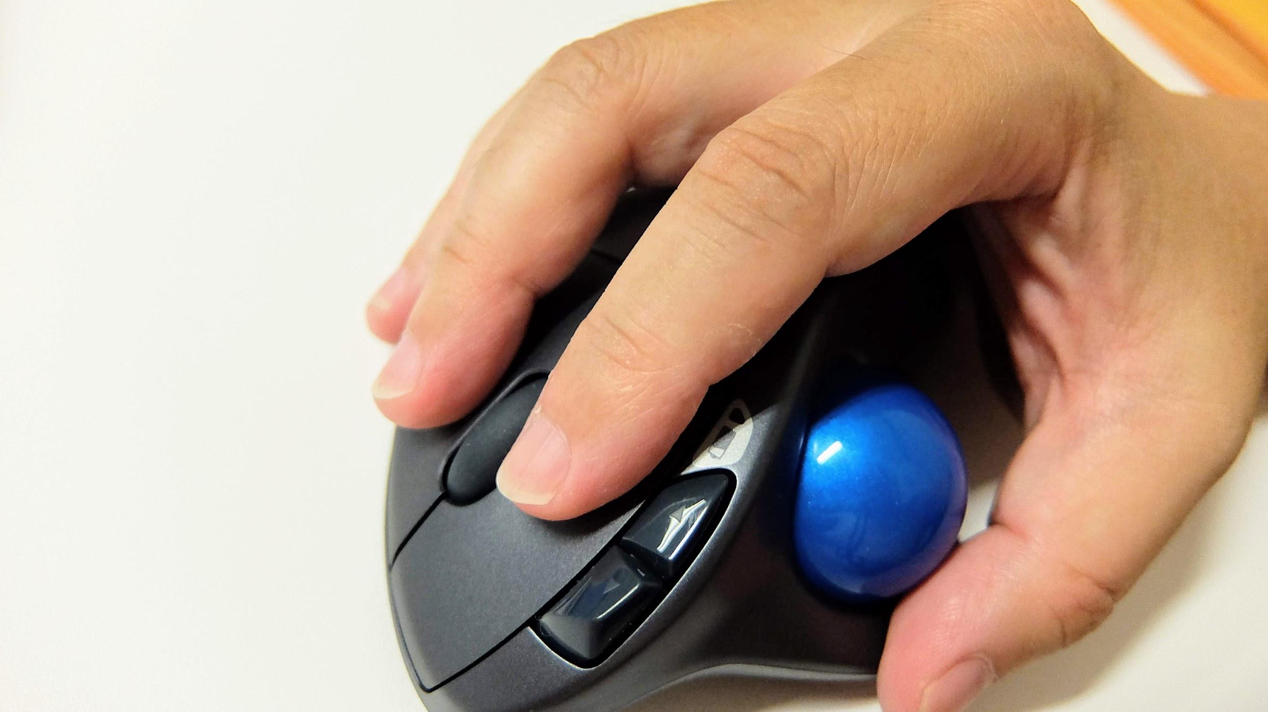 是小藍球! 拇指控制,再做一般瀏覽沒啥問題,打電動的話也還ok,總之習慣後什麼都可以囉