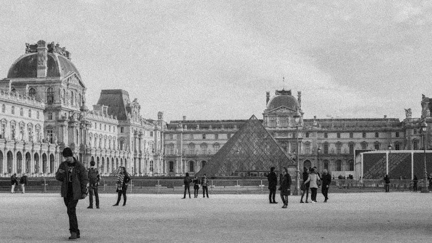 Vista exterior de la pirámide del Museo del Louvre.
