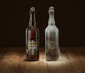 2 identieke flessen Hertog Jan, één bestofd