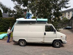 Photo: et davantage encore, comme ici à l'hôpital de Coutances où nous chargions beaucoup de matériel déjà parvenu au Bénin