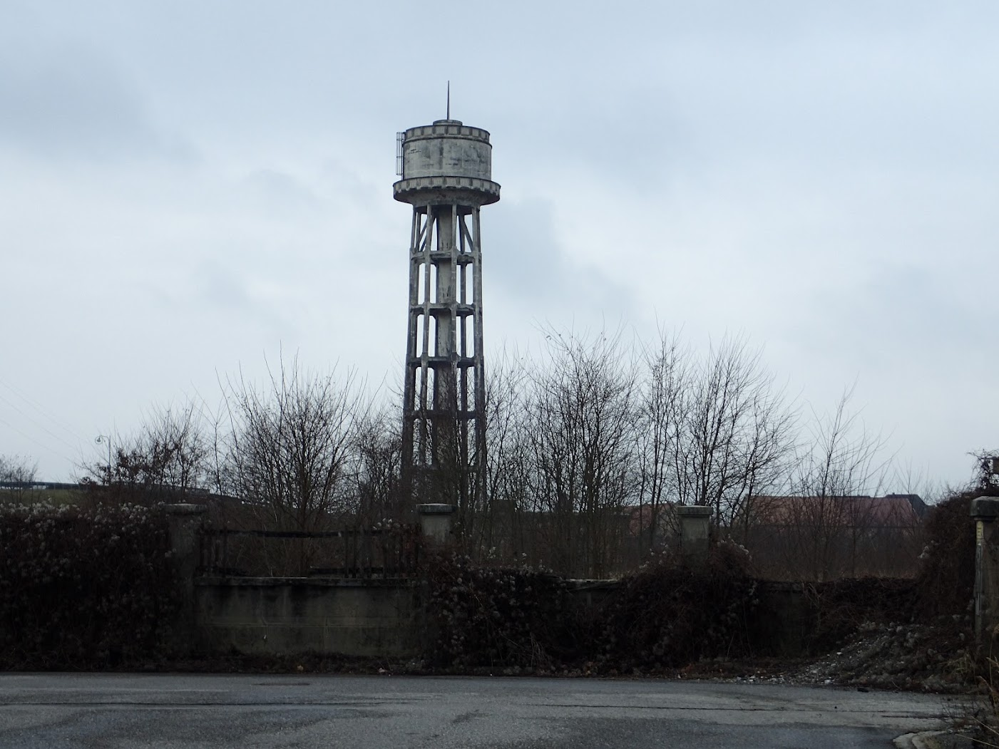 Staffelfelden, le château d'eau gracile sur ses longues jambes de béton