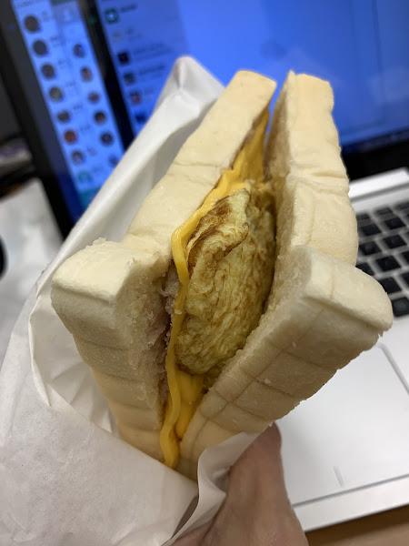 柔軟的麵包、芋泥不過多調味,還有芋頭塊在中間,厚厚的歐姆蛋,入口鹹香不重味的,值得一試。肉蛋吐司重味、蒜味醃製。