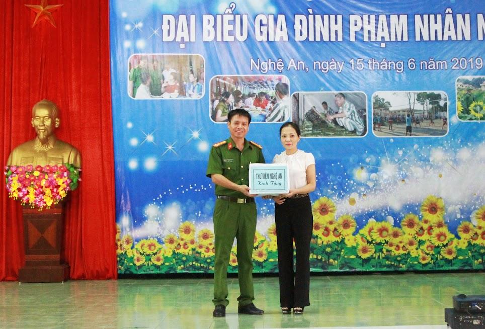 Thư viện Nghệ An tiếp tục đồng hành, tặng sách cho Trại giam số 3
