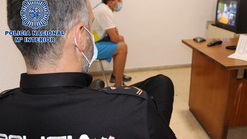 Fotografía del detenido en dependencias policiales.