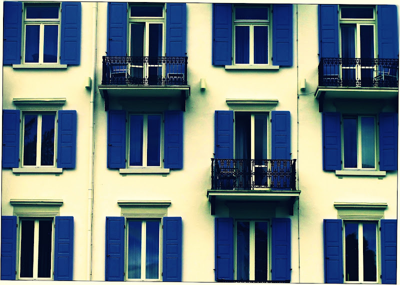Blue windows, open of course. di Francesco Abate